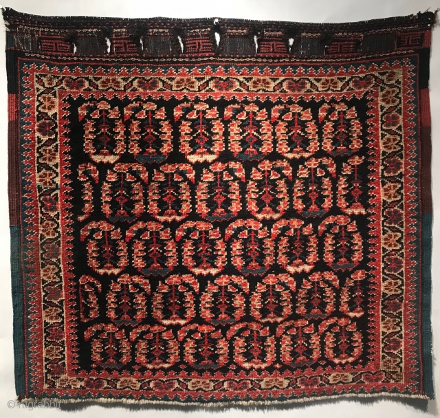 A charming Persian Shiraz bag face. 29 in (73.5 cm) x 32.5 in (82.5 cm) Excellent condition, all natural dyes, rich color, full pile. Additional images available upon request. Place take a  ...