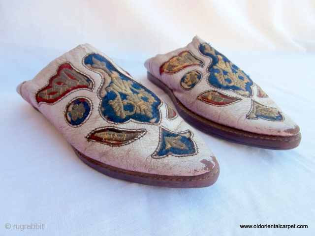 MOROCCAN HAND MADE SHOES The degree of sophistication of hand made shoes in Morocco is extensive and ranges from very basic ones made from esparta, or dried grass, to pairs such as  ...