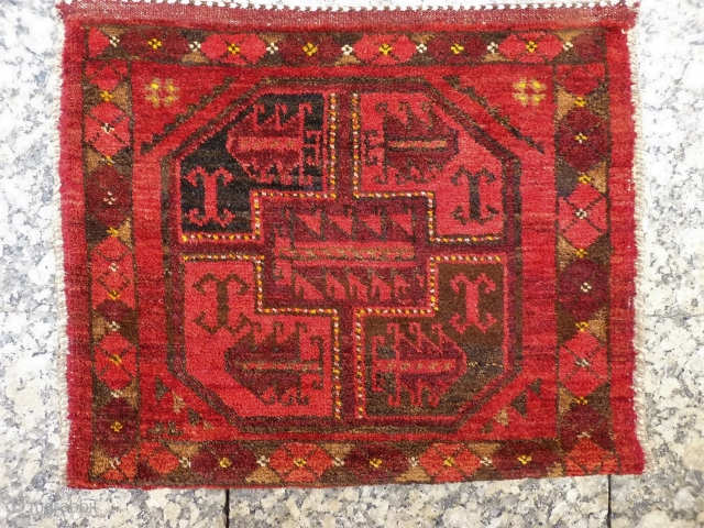 A dramatic Aqcha Turkman bag with a huge central gül with a few nice yellow touches. Thick, and with soft and shinny wool. 61x48 cms, A1812030.  please get in touch or buy this  ...