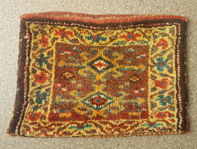 Charming small Kurdish bag (or big chanteh), complete with original striped back, measuring 40 cm x 30 cm and in mint condition. I guess from around 1900-1920. Lovely autumnal colours with a  ...