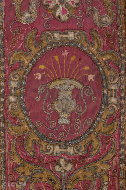 """Antique 18th century Turkish Ottoman metal thread and silk brocaded applique silk textile 134 x 20 cm (4ft 6"""" x 8"""") (including metal thread fringes) Condition (very) good, silk ground brocades and  ..."""