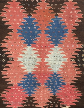 Khalaj kilim by a Turkic group based south of Isfahan. Cm 120/200. Datable 1890/1900. Rough, primitive weave with an incredibly modern pattern made of big kind of palmettes that look like ♦️  ...