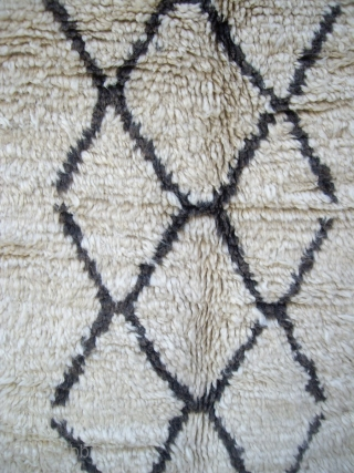 MOROCCAN HIGH ATLAS BERBER RUG from Azilal, north east of Marrakech. It is an old piece complete and in excellent condition with both kilim ends embroidered and with tassels. The design is  ...