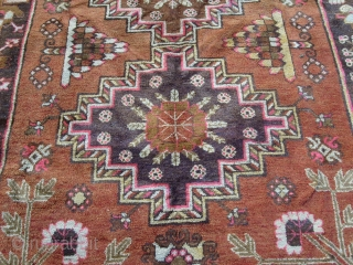 Size 273 x 157 cm = ft. 8.95 by ft. 5.15. Very beautiful and amazyng KHOTAN knotted in the region chinese of XINJIANG, East-Turkestan. Perfect the condition. Washed. Original design and color. Wool on cotton foundation. ELEGANT PIECE  ...