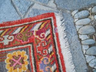 286 x 168 cm Tappeto antico annodato in CHINA EAST Turkestan, XINJIANG, nell'Oasi di KHOTAN. In stato ottimo di conservazione: nessun difetto. No riparazioni o macchie pari al nuovo. Il tappeto è lavato e pronto all'uso Originale disegno  ...