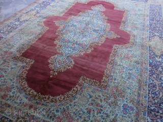 Ancien Kerman Ravar signed upon the end. Full pile,  without problems. Fine knot, size is 14,30 ft by 9,82 ft. Amazing Kerman millefleures palace with fine design. Don't hesitate to contact me for more  ...