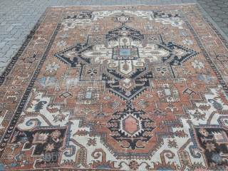 Antique Persian Heriz carpet, some wear but still very decorative. Size: 385x310cm / 12'7''ft x 10'2''ft