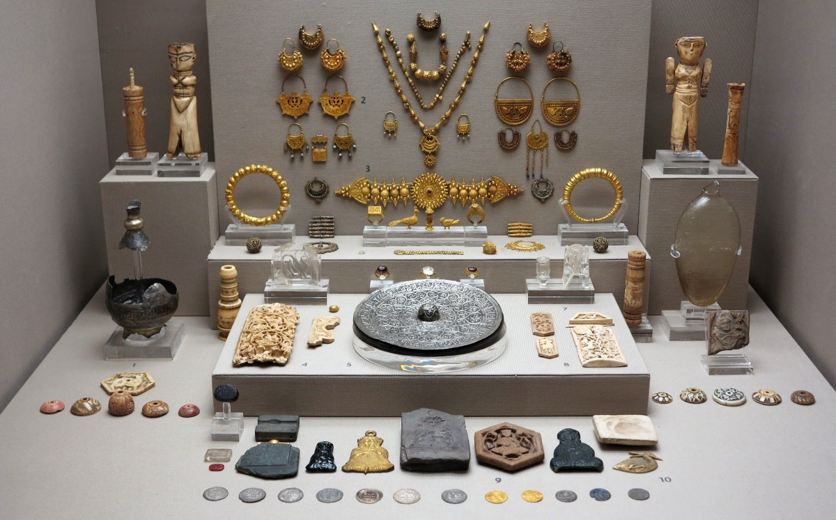 Jewelry, Ivory and Bone from Islamic Egypt, Benaki Museum of Islamic Art, Athens
